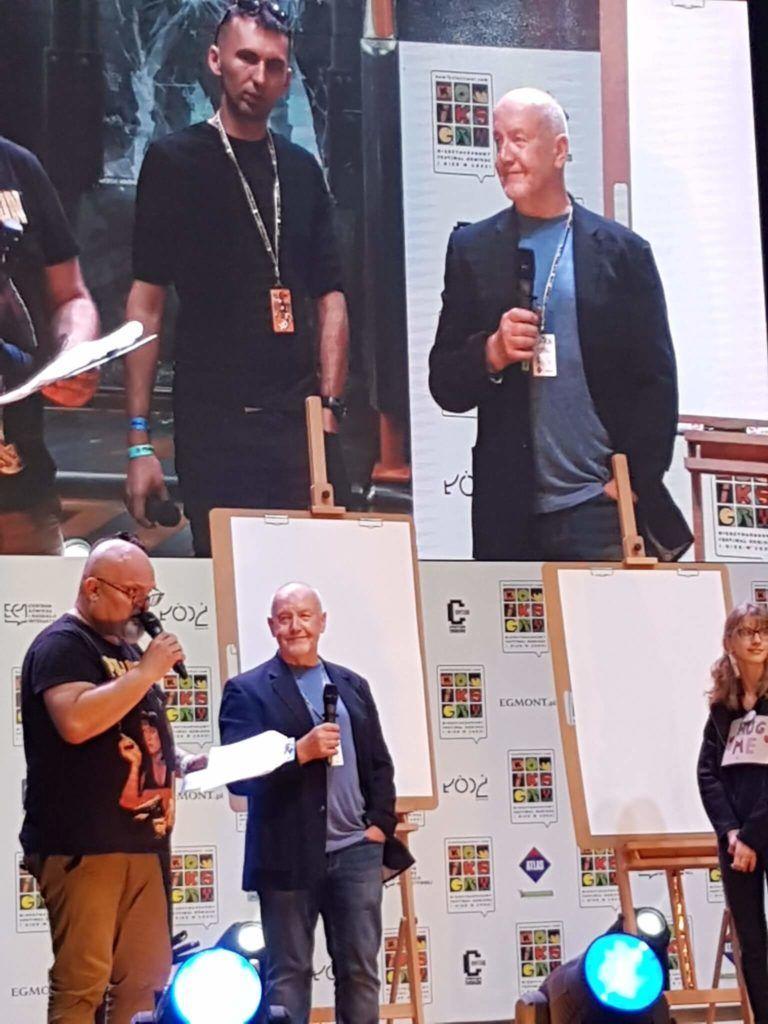 John Higgins rysuje na żywo, a z nim młodzież.